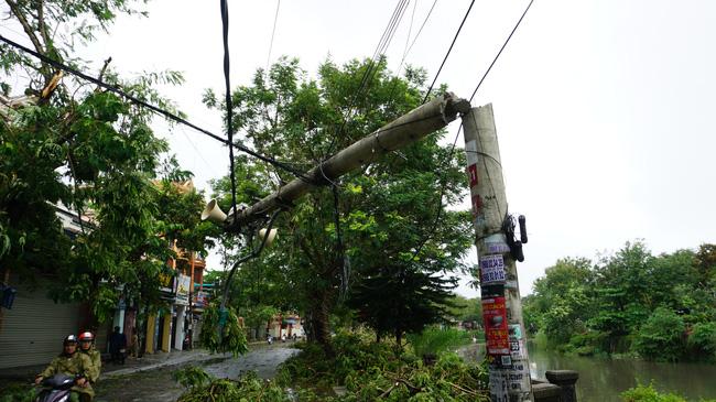 Chùm ảnh: Nhà dân tốc mái và cây xanh, trụ điện gãy đổ hàng loạt ở Huế - Ảnh 14.