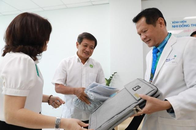 Ông Đoàn Ngọc Hải đưa bệnh nhi mồ côi viêm cơ tim tối cấp về quê - 4